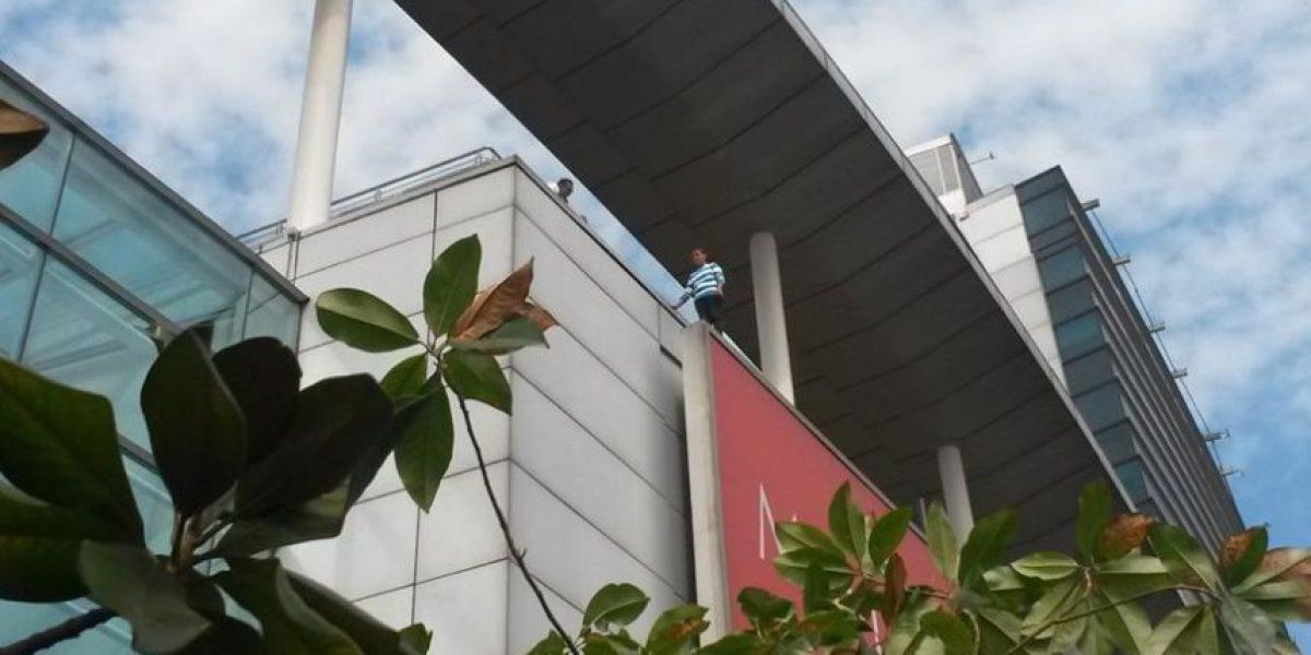 Sujeto amenaza con lanzarse desde las alturas del mall Plaza Alameda