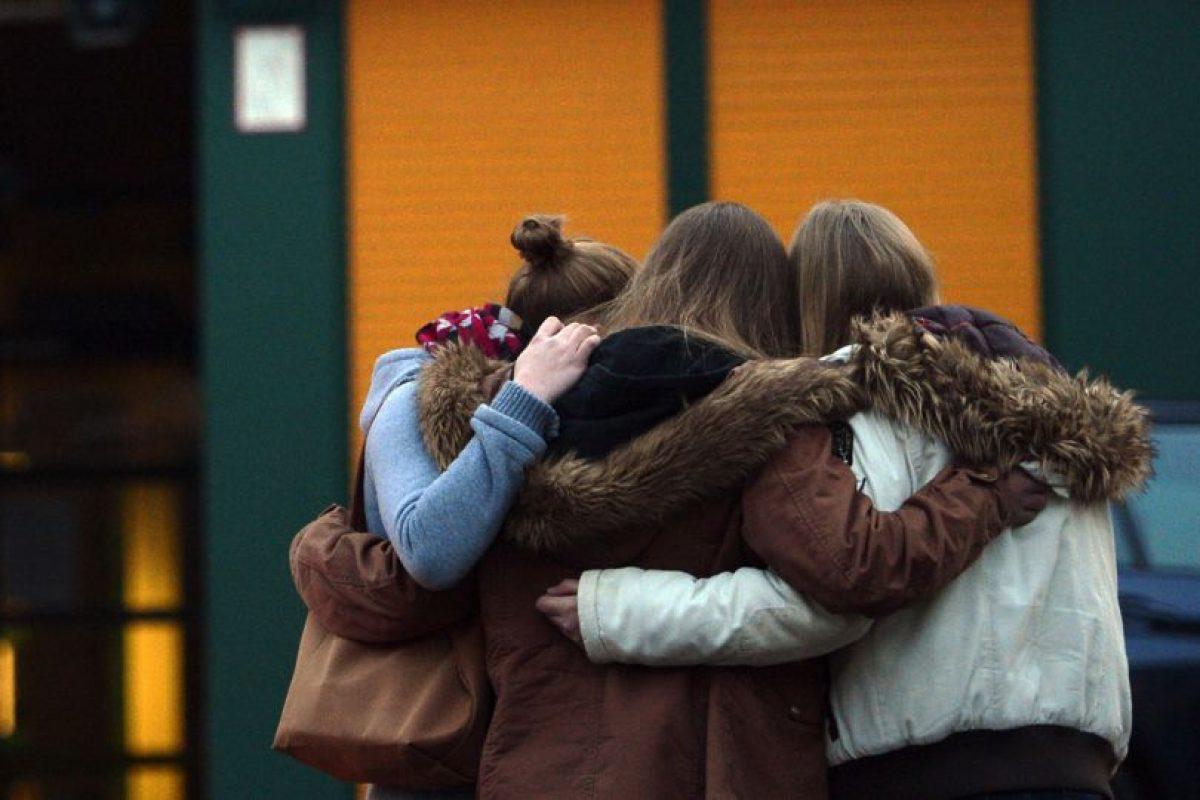 Estudiantes se reúnen en un memorial de flores y velas frente la escuela secundaria José -Koenig -Gymnasium en Haltern am See , Alemania occidental el 24 de marzo de 2015, de donde provenían algunas de las víctimas del accidente de avión de Germanwings. Foto:AFP. Imagen Por:
