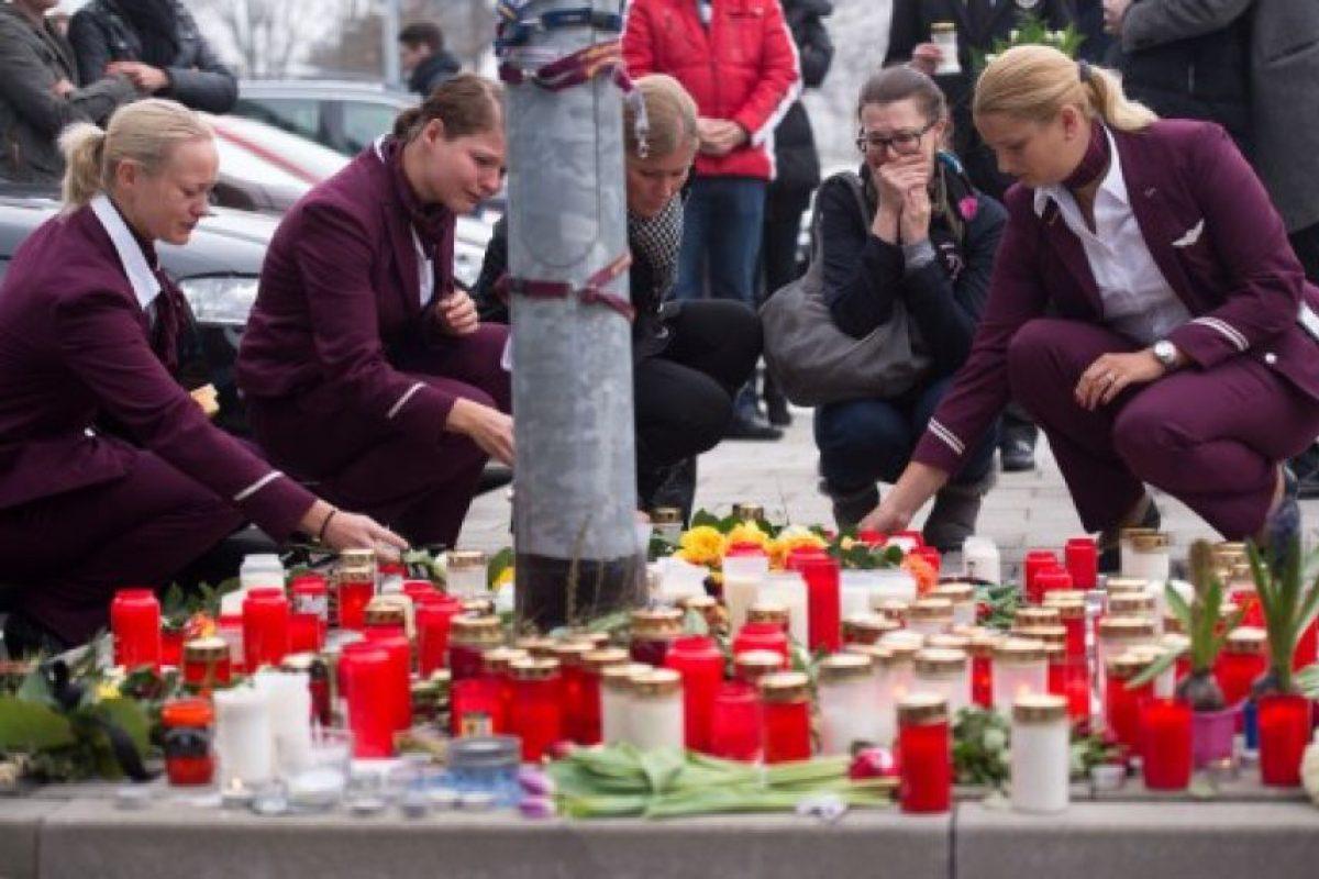 Empleados de aerolínea alemana Germanwings ponen velas y flores para las víctimas del accidente de avión de Germanwings frente a la sede de la compañía en Colonia, oeste de Alemania. Foto:AFP. Imagen Por: