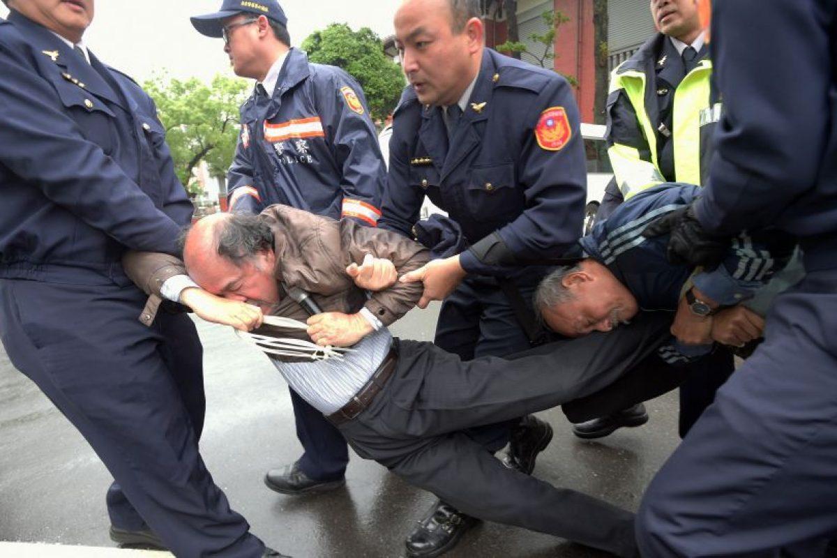 Policías expulsan a activistas independentistas pro- Taiwan del Parlamento durante una protesta en Taipei el 27 de marzo de 2015. Los manifestantes taiwaneses se enfrentaron con la policía antes del lanzamiento de China de una polémica ruta de vuelo , que dicen que se le ha permitido seguir adelante a pesar de los temores sobre los riesgos de seguridad Foto:AFP. Imagen Por: