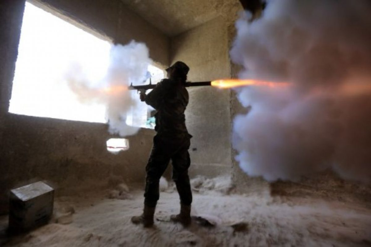 Una soldado siria del comando del batallón Guardia Republicana dispara una granada propulsada por cohete durante los enfrentamientos con los rebeldes en la zona conflictiva Jobar , en el este de Damasco, el 25 de marzo de 2015. Foto:AFP. Imagen Por: