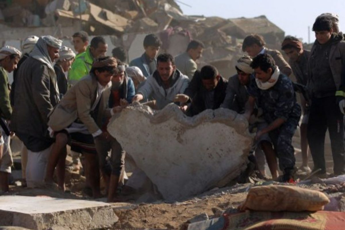 Búsqueda yemení para sobrevivientes entre los escombros de los edificios destruidos durante los ataques aéreos saudíes contra los rebeldes hutis, cerca del aeropuerto de Saná , el 26 de marzo de 2015, en el que murieron al menos 13 civiles . A Foto:AFP. Imagen Por: