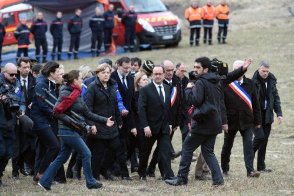 La canciller alemana, Angela Merke,el presidente francés, Francois Hollande y el primer ministro español, Mariano Rajoy llegaron el 25 de marzo de 2015 para rendir homenaje a las víctimas del accidente en la localidad francesa sureste de Le Vernet. Foto:AFP. Imagen Por: