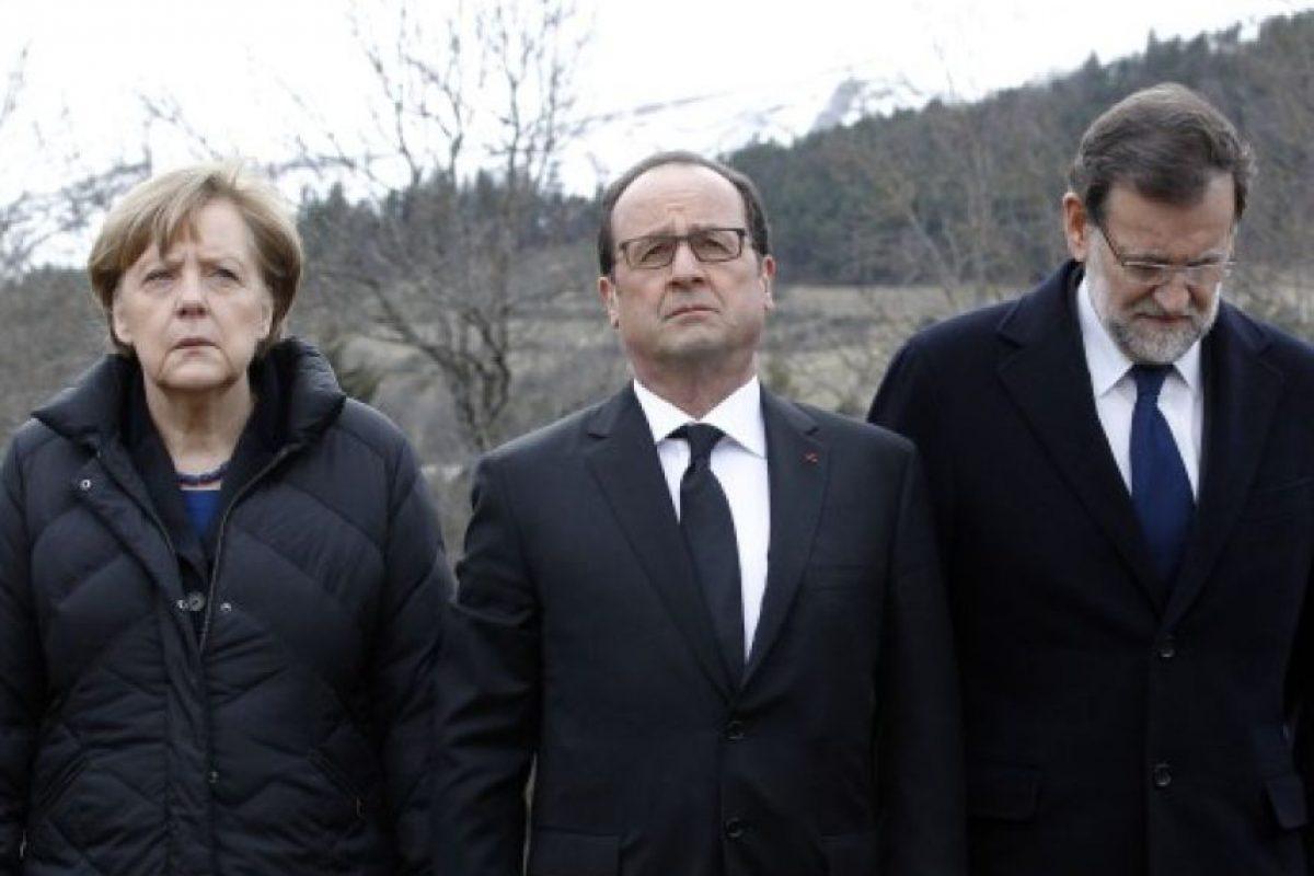 La canciller Angela Merkel, el presidente francés, Francois Hollande y el primer ministro español, Mariano Rajoy muestran su respeto a las víctimas en Seyne -les -Alpes el 25 de marzo de 2015, un día después de un Airbus A320 alemana de la baja portador de coste Germanwings se estrelló , matando a las 150 personas a bordo. Foto:AFP. Imagen Por: