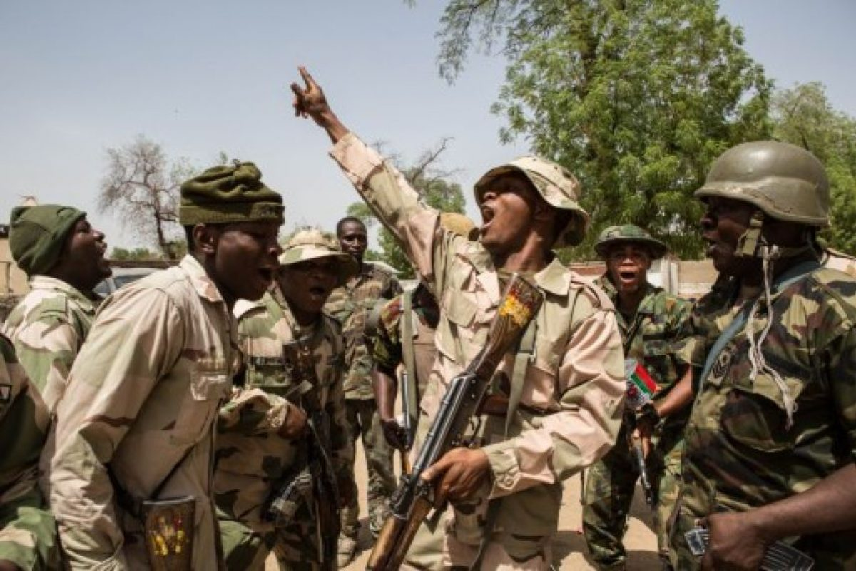 Tropas nigerianas celebran después de hacerse cargo de Bama de Boko Haram , el 25 de marzo de 2015. Foto:AFP. Imagen Por: