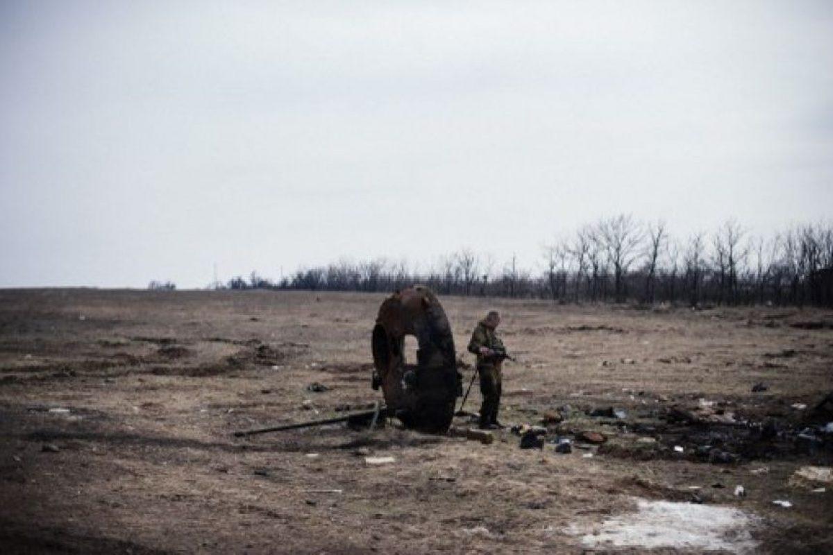 Un rebelde pro- ruso en busca de partes de un APC destruido cerca del pueblo de Lohvynove cerca de la ciudad ucraniana oriental de Debáltsevo el 26 de marzo de 2015. Foto:AFP. Imagen Por: