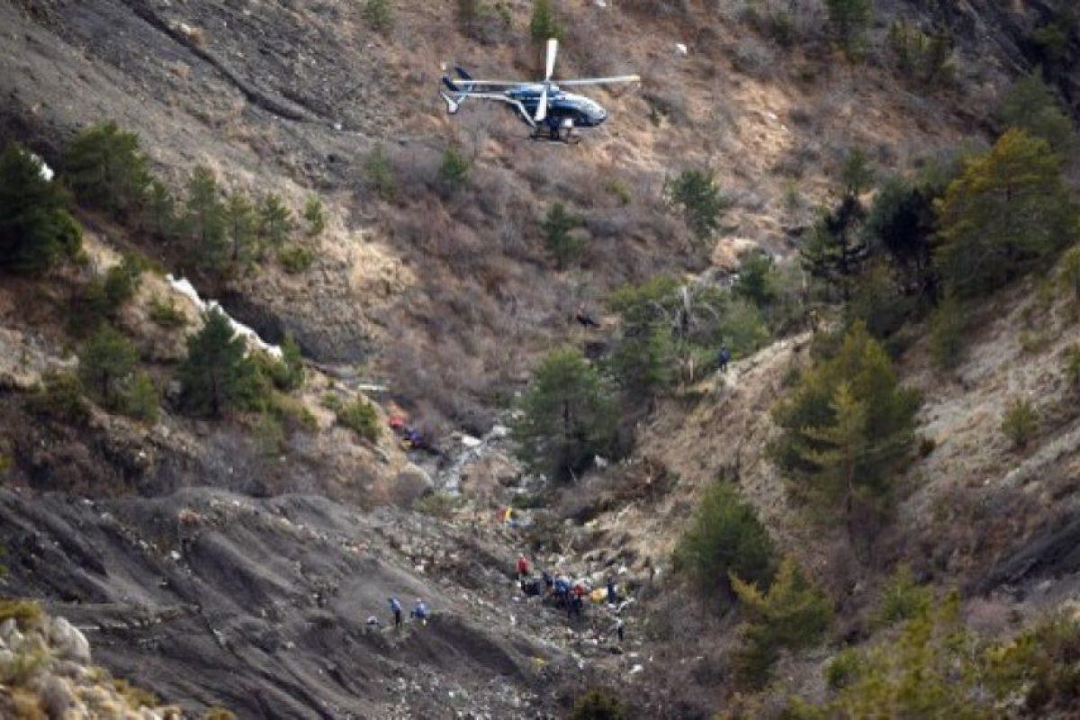 un helicóptero transporta a investigadores a rastear desechos dispersos carca del lugar del accidente del A320 Germanwings Airbus que se estrelló en los Alpes franceses por encima de la ciudad suroriental de Seyne. Foto:AFP. Imagen Por:
