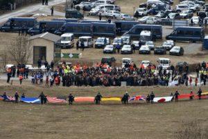 Los familiares de las víctimas del choque del Airbus A320 de la compañía Germanwings asisten a una ceremonia de recuerdo mientras los rescatistas sostienen banderas de las nacionalidades de los pasajeros , en el pequeño pueblo de Le Vernet , el 26 de marzo de 2015. Un avión Airbus A320 de Germanwings se estrelló el 24 de marzo , matando a las 150 personas a bordo. Foto:AFP. Imagen Por:
