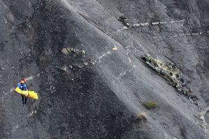 Un investigador de una gendarmería francesa pasa junto a los escombros esparcidos en 26 de marzo 2015 por encima de la zona del accidente del A320 Germanwings Airbus en los Alpes franceses Foto:AFP. Imagen Por: