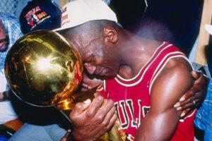 """Michael Jordan. """"Su Majestad"""" solía portar prendas de la Universidad Norte de Carolina debajo del uniforme de los Bulls Foto:Getty Images. Imagen Por:"""