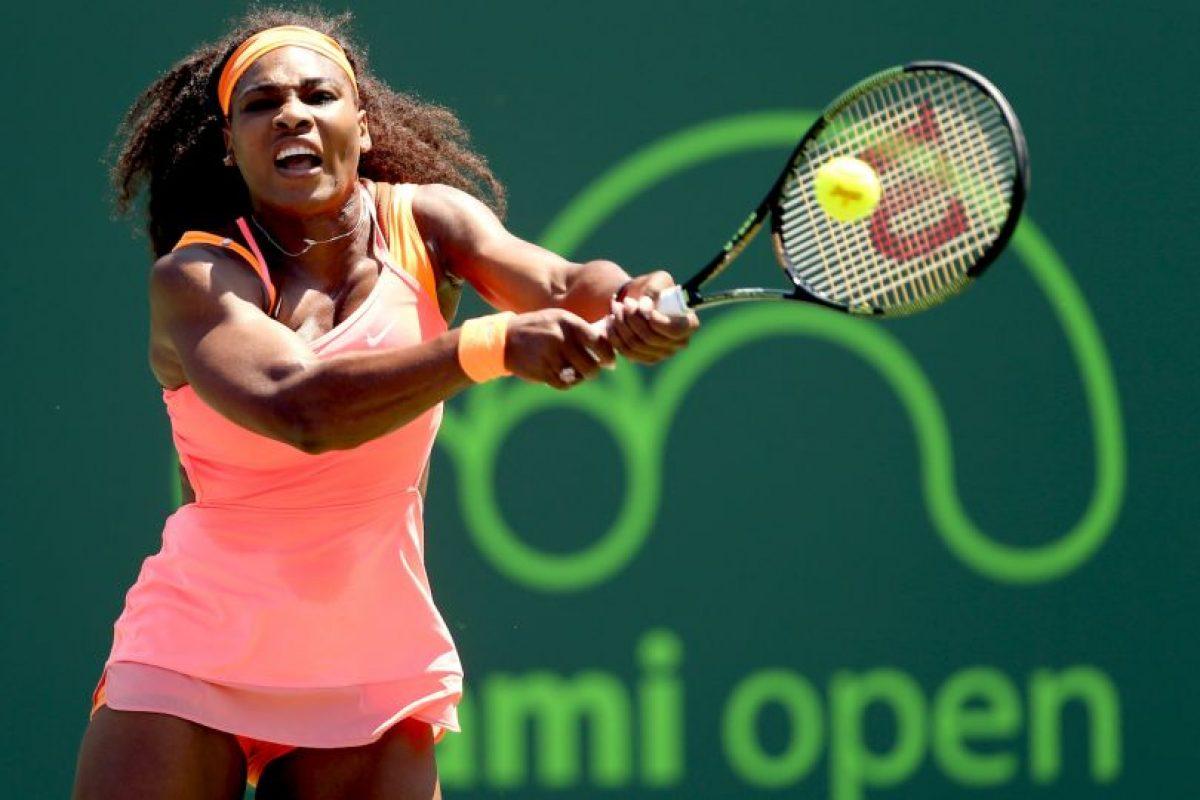 Serena Williams. Antes del primer saque bota la pelota cinco veces y previo al segundo lo hace en dos ocasiones Foto:Getty Images. Imagen Por: