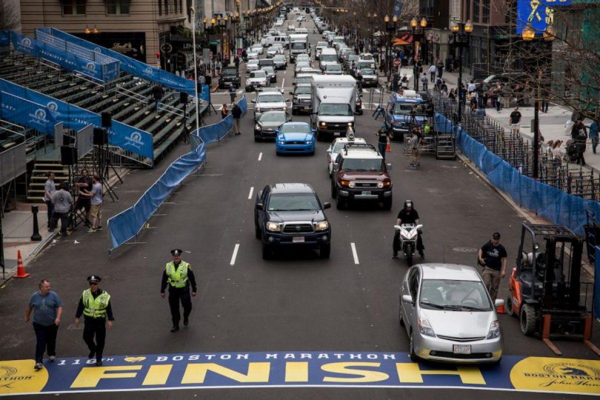 Vehículos y personal de emergencias cerca de la meta del maratón de Boston. Foto:Getty. Imagen Por:
