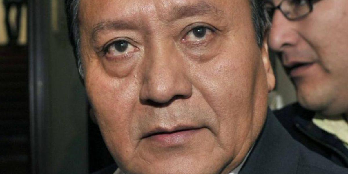 Polémica: ministro boliviano reparte ayuda a damnificados vistiendo chaqueta pro demanda marítima