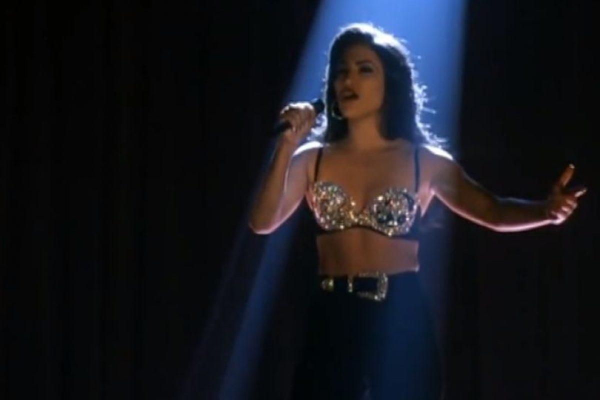 19.- Abraham Quintanilla no quería que se representara el asesinato de Selena en la película. Foto:Warner Bros. Imagen Por: