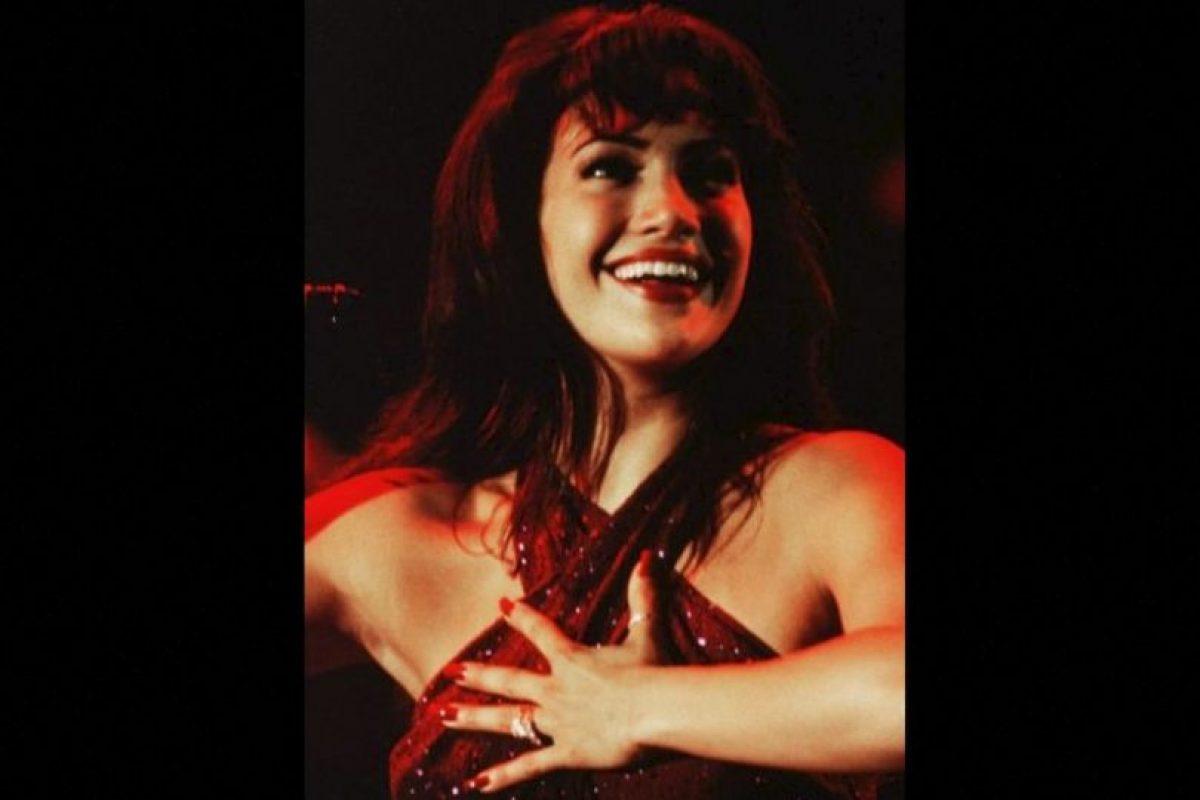 16.- Durante su audición, JLo cantó y bailó como Selena, sin embargo en todas las canciones de la película escuchamos la voz de Quintanilla. Foto:Warner Bros. Imagen Por: