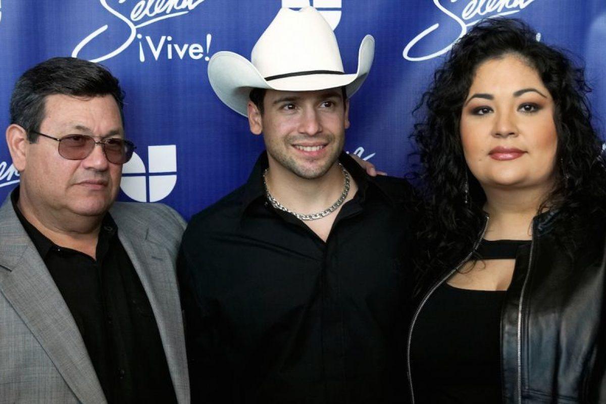 3.- Para preparar su personaje, López se mudó un tiempo a la casa de Suzette Quintanilla, hermana de Selena. Foto:Getty Images. Imagen Por: