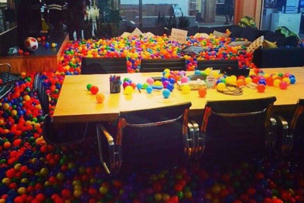 Hasta en las mesas hay pelotas. Foto:instagram.com/anthonybayreddy. Imagen Por: