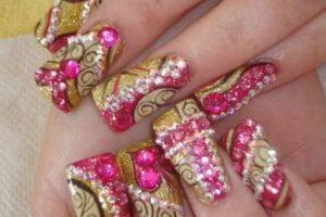 9. Arreglarte las uñas y pensar que entre más brillitos, más cool te ves, informó Eslamoda. Foto:Pinterest. Imagen Por:
