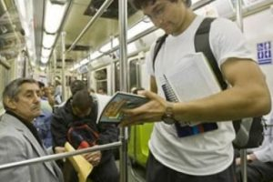 19. Pretender hacerte el interesante en el transporte público leyendo un libro y sólo aguantar dos páginas, cerrarlo y empezar a chatear en tu smartphone, informó 7boom Foto:Pixabay. Imagen Por: