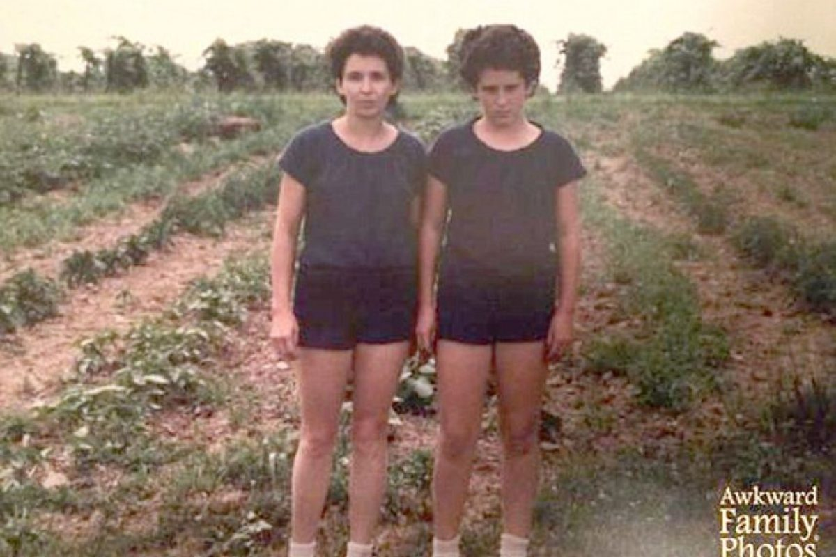 """Las gemelas de """"El Resplandor"""" Foto:Awkward Family Photos. Imagen Por:"""
