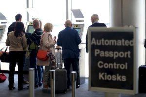 """9. Según """"CNN"""", los estadounidenses tienen que informar de todas las cuentas que tienen en el extranjero con más de 10 mil dólares. Foto:Getty Images. Imagen Por:"""