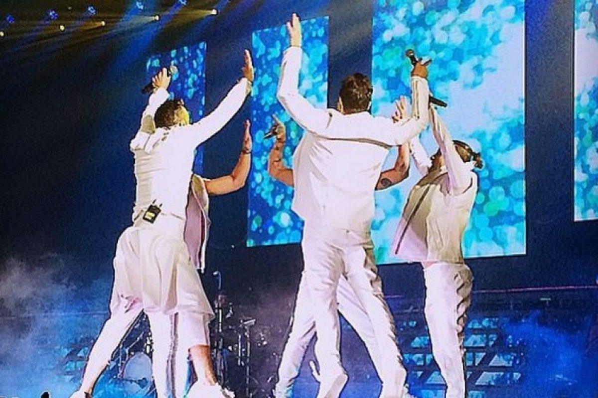 Integrante de la banda mexicana OV7, olvidó ponerse cinturón y perdió los pantalones en pleno concierto Foto:Instagram/Ariborovoy. Imagen Por: