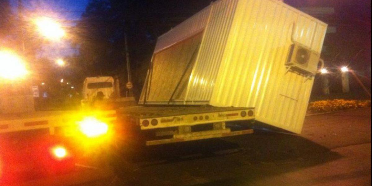 Insólito: container caído corta el tránsito en Providencia