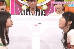 En el programa AK Bingo! estas dos concursantes tratan de que la otra no sople y les haga engullir una cucaracha. Foto:vía Youtube/Tv Nippon. Imagen Por: