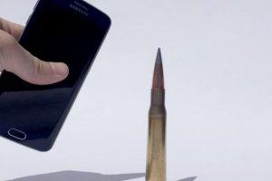 El smartphone contra una bala. Foto:FullMag. Imagen Por:
