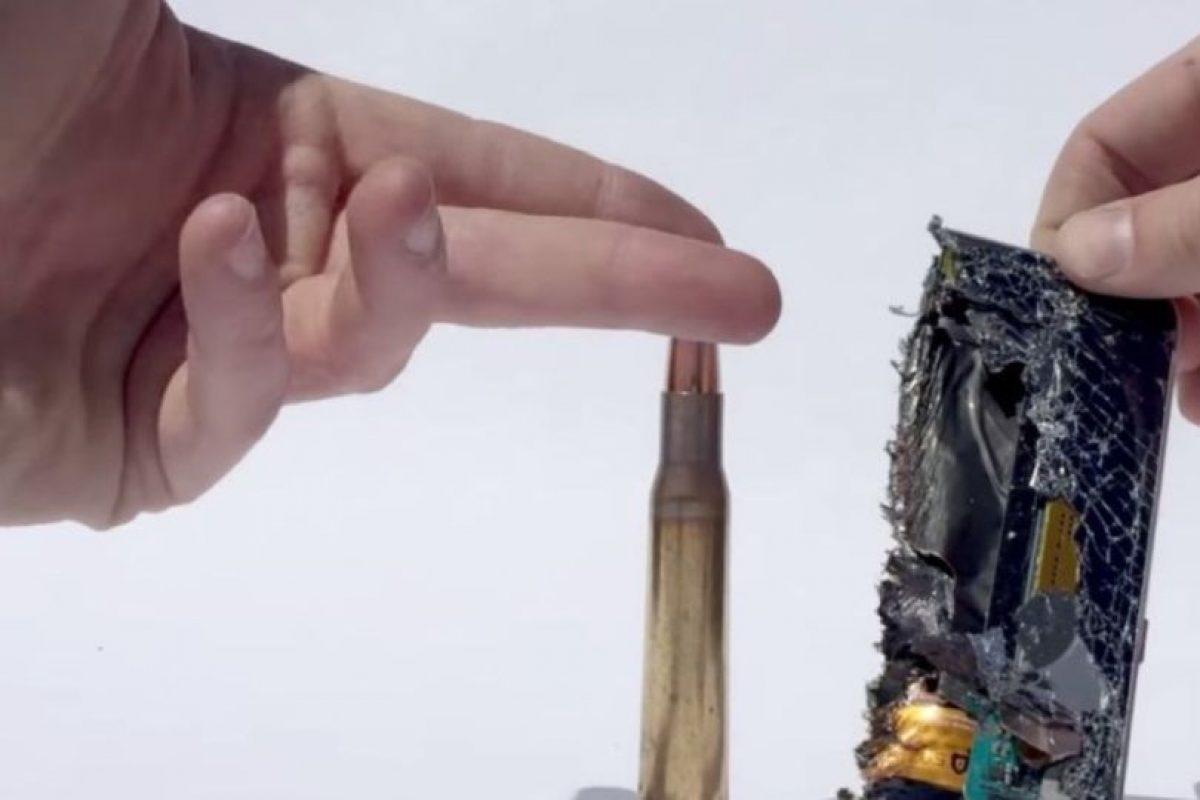 La fuerza de la bala calibre 50 lo destruye por la mitad. Foto:FullMag. Imagen Por: