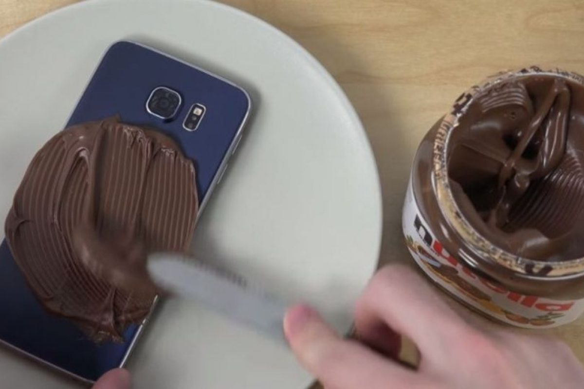En este experimento, untaron Nutella en el Samsung Galaxy S6. Foto:adrianisen. Imagen Por: