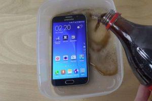 El Galaxy S6 fue sumergido en refresco de cola. Foto:adrianisen. Imagen Por: