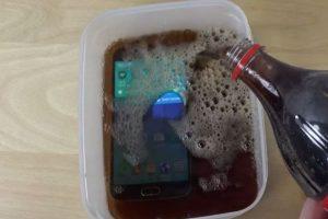 La gaseosa estuvo en el dispositivo por dos minutos. Foto:adrianisen. Imagen Por: