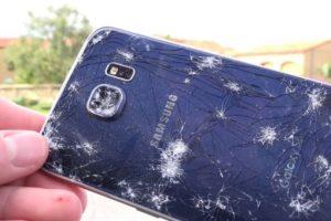 La cubierta trasera se estrelló, aunque a la pantalla no le sucedió nada. Foto:iCrackUriDevice. Imagen Por: