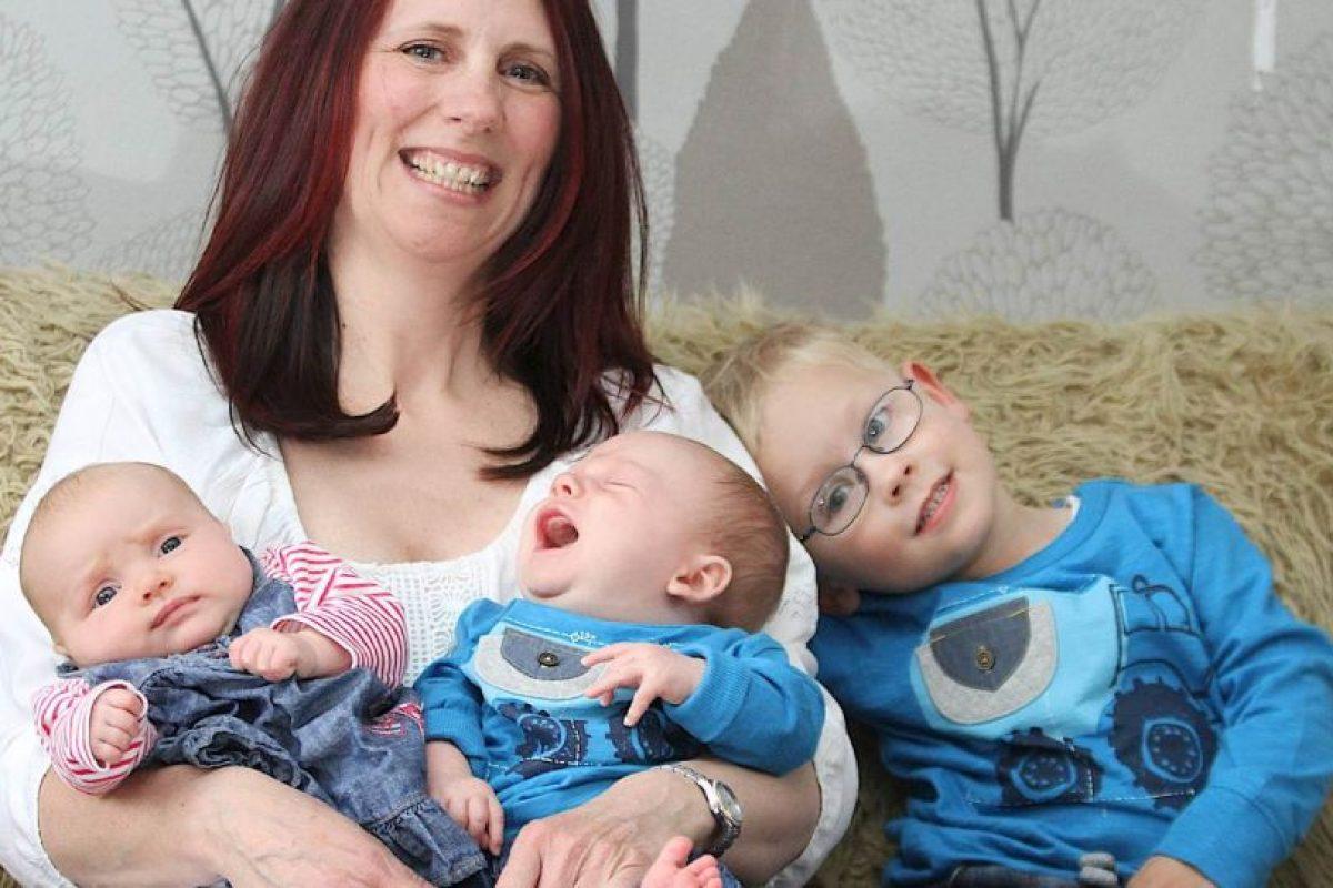 """Y sí: Sarah Swann, su madre, los concibió al mismo tiempo por fecundación In Vitro. Nacieron con tres años de diferencia, pero vienen del mismo tratamiento. La madre afirma que nadie le cree que los niños son """"trillizos"""". Foto:vía Barcroft Media. Imagen Por:"""