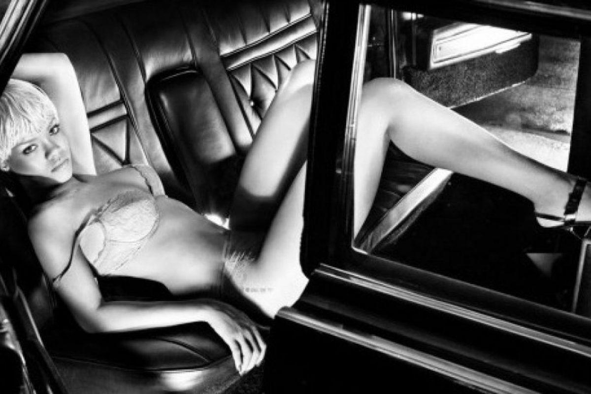 En las imágenes se observa a la sensual y renovada Rihanna Foto:Armani Jeans. Imagen Por:
