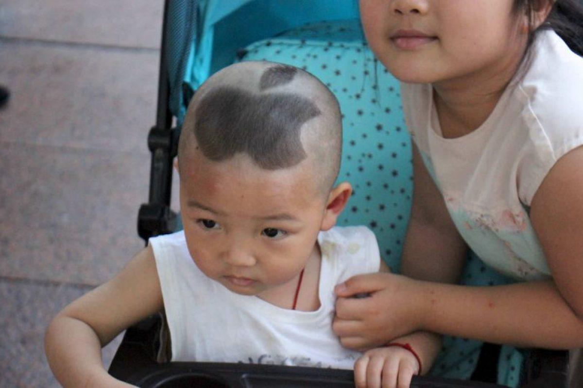 Este es el caso de un pobre niñito chino al que le cortaron el pelo así. Foto:vía Barcroft Media. Imagen Por: