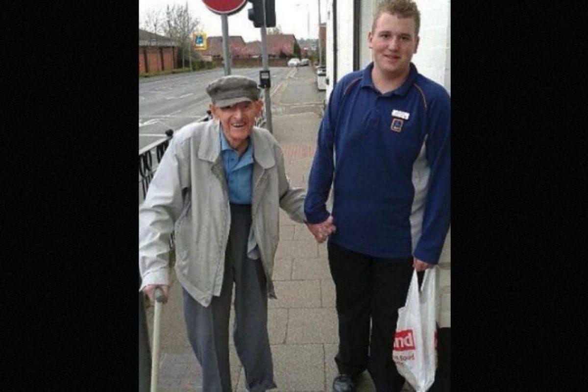 Christian Trouesdale tiene 18 años y trabaja medio tiempo en un supermercado. Ayudó a un anciano de 95 años a cargar su bolsa de compras hasta su casa. Su acción se hizo viral. Foto:vía Facebook/Samantha-Jayne Brady. Imagen Por: