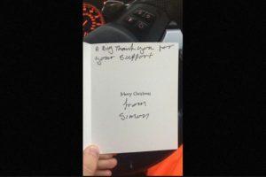 El hombre le respondió con una conmovedora tarjeta de Navidad Foto:Lee Houghton/Twitter. Imagen Por: