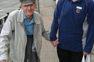 Este joven trabaja en un supermercado. Ayudó a un anciano a llevarle la compra hasta su casa. Foto:vía Facebook. Imagen Por: