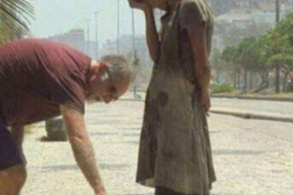 Este hombre da sus zapatos a una desposeída. Foto:vía Tumblr. Imagen Por: