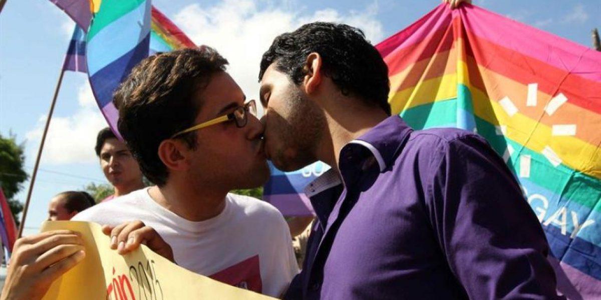 """Realizan un """"besatón"""" frente al Congreso paraguayo en protesta contra la homofobia"""