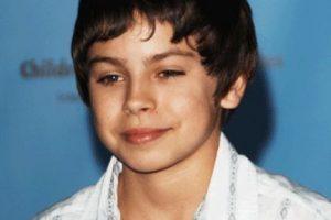 """Fue el hermano menor de Selena Gómez en la serie """"Los hechiceros de Waverly Place"""". Foto:vía facebook.com/Kewl-Magazine. Imagen Por:"""