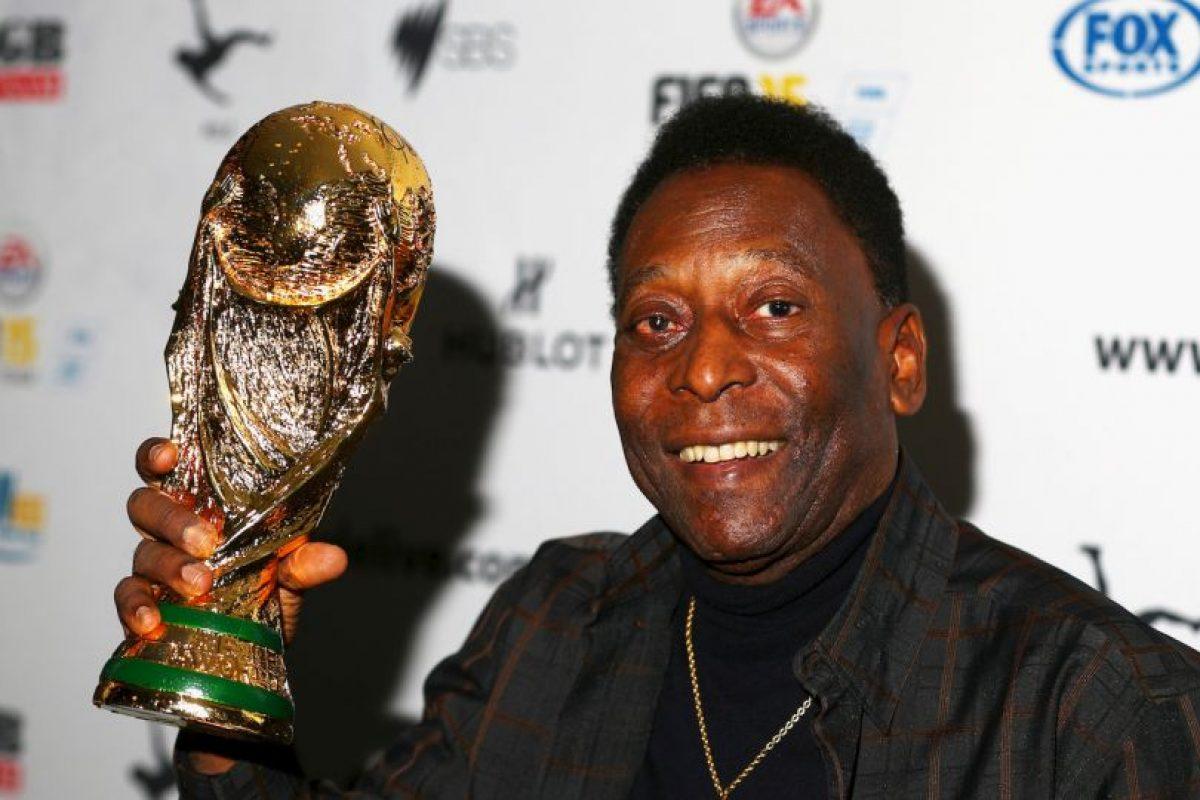 """""""O'Rei"""" hizo historia en el fútbol y ganó todo lo que quiso con el Santos, destacando 10 ligas y 2 Copa Libertadores. Eso sí, nada como los tres Mundiales que conquistó con Brasil en 1958, 1962 y 1970. Foto:Getty Images. Imagen Por:"""