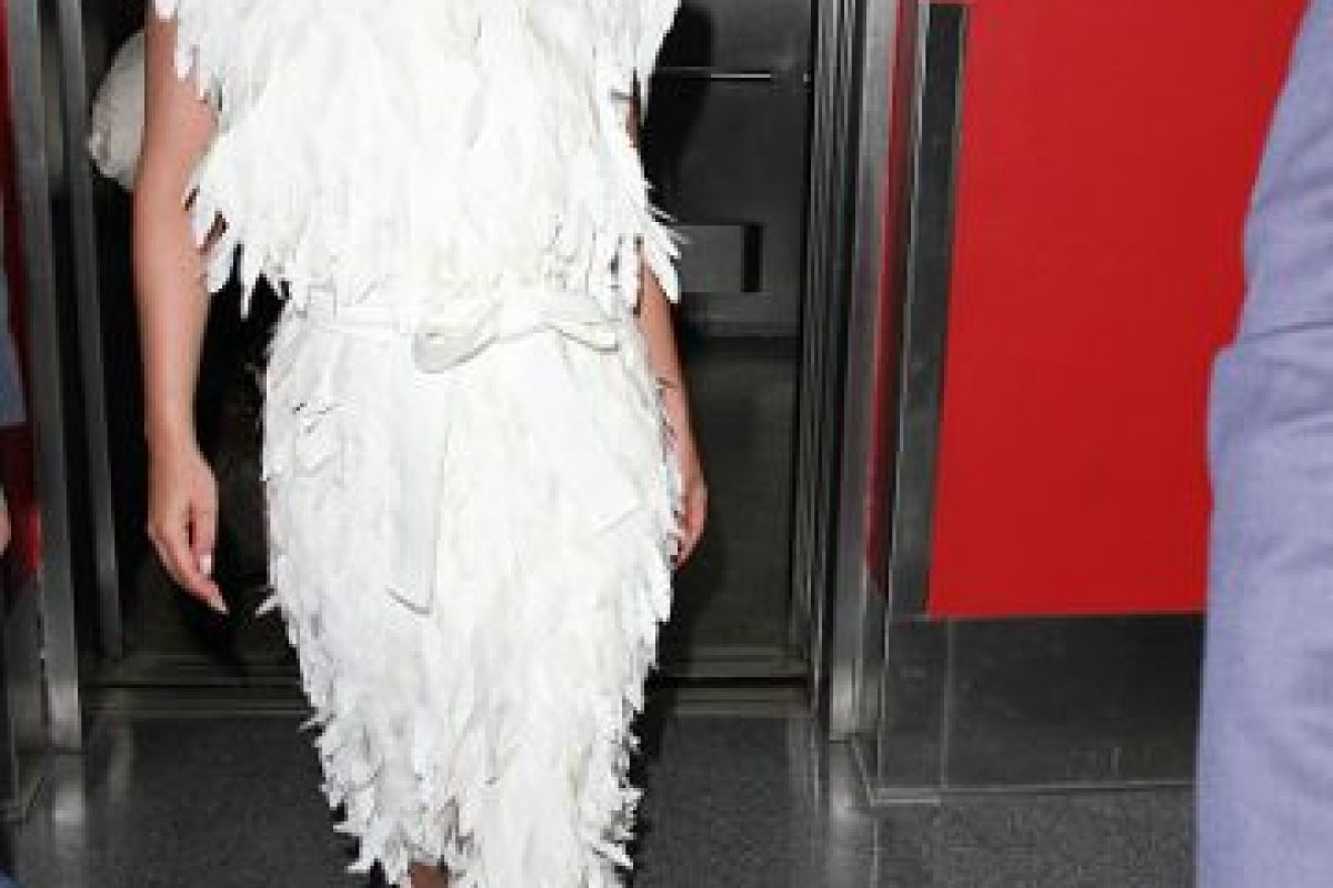 También por hacerla trabajar horas extra. Llegaron a un acuerdo extrajudicial, pero se reveló en una grabación cómo Lady Gaga se despachaba contra esta. Foto:vía Getty Images. Imagen Por: