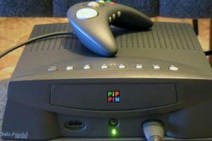 Este es Pippin, la consola de videojuegos de Apple. Creada en 1995 se vio opacada por Nintendo y Sony Foto:Wikicommons. Imagen Por: