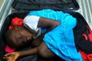 Así viajaba Adou un niño de ocho años hacía España en el interior de una maleta. Foto:AFP. Imagen Por: