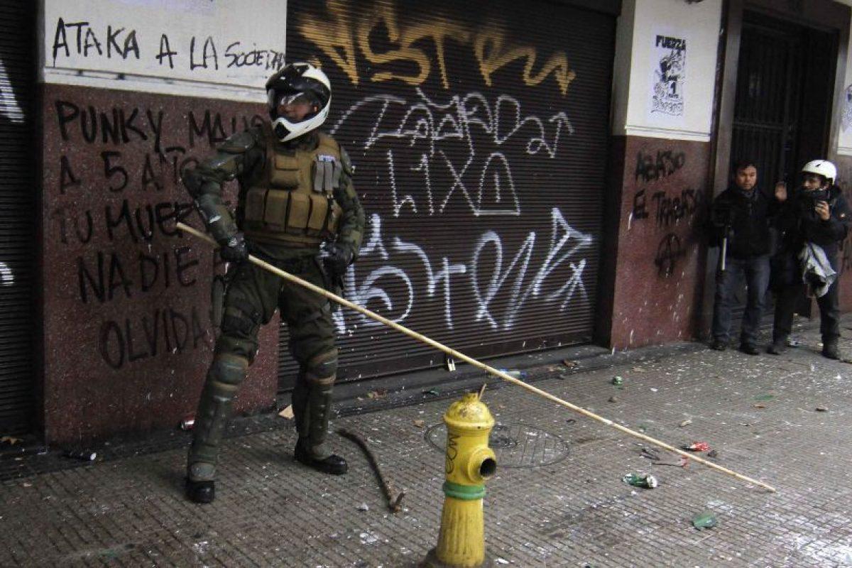 El acusado lanzó un primer artefacto incendiario que estalló a metros de la patrulla. Foto:Agencia Uno. Imagen Por: