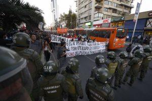 La movilización rindió honores a los dos estudiantes muertos en Valparaíso. Foto:Agencia Uno. Imagen Por: