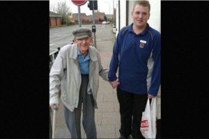 Christian Trouesdale tiene 18 años y trabaja medio tiempo en un supermercado. Ayudó a un anciano de 95 años a cargar su bolsa de compras hasta su casa. Su acción se hizo viral Foto:Foto: vía Facebook/Samantha-Jayne Brady. Imagen Por: